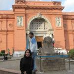 Carolina frente al Museo Cairo